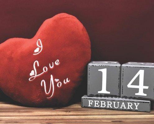 coussin en forme de coeur avec écriture et date 14 février